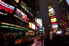 Menigten van peope onder de elektronische canion die Times Square, Manhattan is Royalty-vrije Stock Foto's