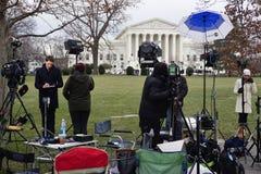 Menigten van rouwdragers en media voor het Hooggerechtshofgebouw waar de recente Rechtvaardigheid Antonin Scalia in rust legt royalty-vrije stock foto's