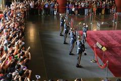 Menigten van Toeristen die op het Veranderen van Wacht Ceremony letten royalty-vrije stock afbeeldingen