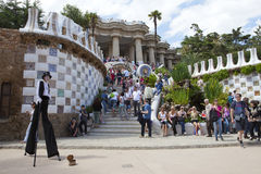 Menigten van toeristen in ingang aan het Park Guell, 10 Mei 2010 in Barcelona, Spanje Stock Foto's