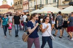 Menigten van toeristen op de straten van Lublin Stock Afbeeldingen