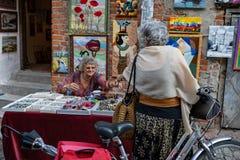 Menigten van toeristen op de straten van Lublin Stock Foto