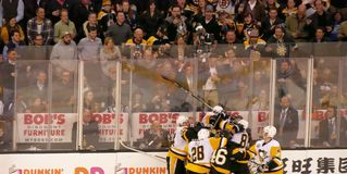 Menigtereactie op Bruins - Pinguïnennhl strijd stock fotografie