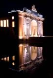 Menin bramy pomnik przy nocą Ypres, Belgia Obrazy Royalty Free