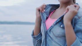 Menina à moda bonita nova que levanta na praia video estoque