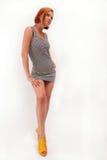 A menina à moda com é cabelo brilhante-vermelho Fotos de Stock Royalty Free