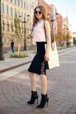 Menina à moda com saco de compras Fotos de Stock