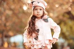 Menina à moda da criança que levanta no revestimento do inverno Imagens de Stock Royalty Free