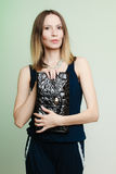 Menina à moda da forma da mulher que guarda a bolsa preta Imagem de Stock