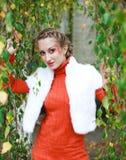 Menina à moda do retrato na laranja Fotografia de Stock