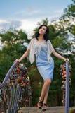 Menina à moda na ponte Fotografia de Stock Royalty Free