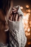 A menina à moda no bokeh dourado ilumina o fundo Foto de Stock Royalty Free