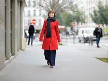 Menina à moda que anda em uma Paris Imagem de Stock