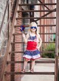 Menina à moda que levanta nos óculos de sol e com girândola fotos de stock royalty free