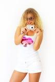 Menina à moda que prende uma câmera Fotos de Stock Royalty Free