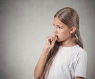 Menina à nora, procrastinação Fotos de Stock Royalty Free