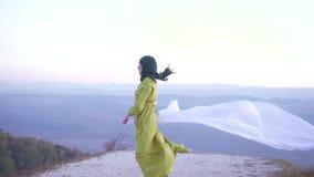 Menina árabe à moda no hijab que olha a câmera filme