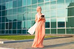 Menina árabe bonita com tablet pc Mulher muçulmana Imagens de Stock