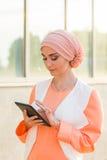Menina árabe bonita com tablet pc Mulher muçulmana Foto de Stock Royalty Free