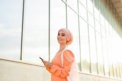 Menina árabe bonita com tablet pc Mulher muçulmana imagem de stock