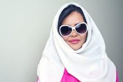 Menina árabe da beleza sensual com hijab Imagem de Stock