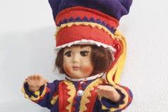 Menina ártica finlandesa da boneca que pendura em uma parede branca Imagem de Stock Royalty Free