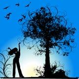 A menina, a árvore e os pássaros no azul florescem o fundo Fotos de Stock Royalty Free