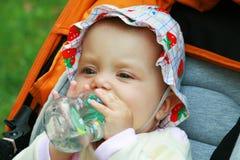 A menina é água bebendo Fotografia de Stock Royalty Free