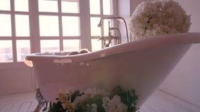 A menina é banhada em um banheiro brilhante filme