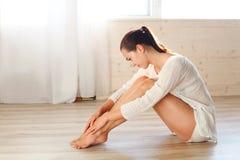 A menina é contratada na ginástica e na aptidão Fotografia de Stock Royalty Free
