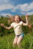 A menina é dançar ao ar livre nos auscultadores imagens de stock royalty free