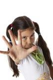 A menina é faz um gesto do batente com sua mão Fotos de Stock