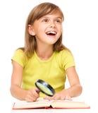 A menina é livro de leitura fotos de stock