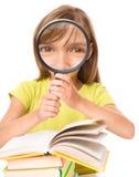A menina é livro de leitura fotos de stock royalty free