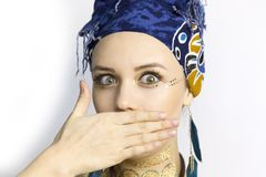 A menina é surpreendida e coberta sua boca com sua mão fotografia de stock royalty free