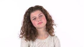 A menina é triste, ela foi falada enigmaticamente com notícia desagradável Fundo branco filme