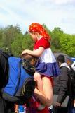 A menina é vestida acima na bandeira holandesa em Koningsdag, Países Baixos Foto de Stock Royalty Free