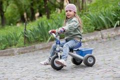 Menina (4-5) no triciclo Fotografia de Stock