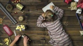 Menina aérea da criança que escreve a letra de Papai Noel na tabela de madeira do vintage quando o mum apontar o lápis com ferram vídeos de arquivo
