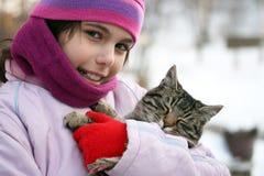 A menina abraça o gato Fotos de Stock Royalty Free