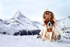 A menina abraça uma cão-poupança Fotos de Stock Royalty Free