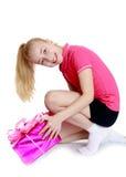 A menina abre o presente Foto de Stock Royalty Free