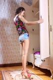 A menina abriu o wardrobe Fotos de Stock
