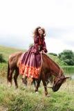 Menina aciganada bonita em um vestido vermelho Foto de Stock