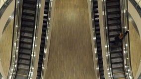 A menina acima da escada rolante vídeos de arquivo