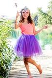 A menina acima vestida com fantasia compõe e varinha mágica imagem de stock