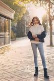 Menina adolescente à moda imagens de stock