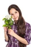Menina adolescente adorável com flores da pera imagens de stock royalty free