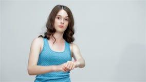 A menina adolescente adverte para estar atrasada e caminhadas afastado vídeos de arquivo