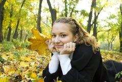 A menina adolescente aprecia a natureza do outono Imagem de Stock Royalty Free